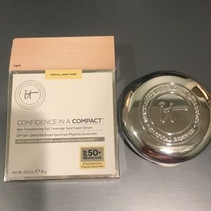 It Cosmetics Confidence in a Compact Light